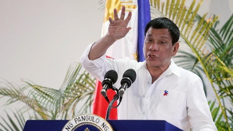 El presidente filipino, Rodrigo Duterte, interviene en una rueda de prensa en el aeropuerto internacional Davao, Filipinas, el 27 de octubre de 2016.