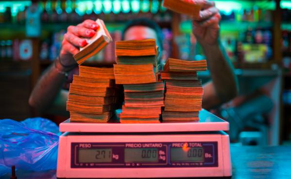 En Venezuela el dinero vale tan poco que ya no se cuenta, se pesa