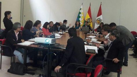 Una de las comisiones de trabajo en la reunión binacional Bolivia-Perú
