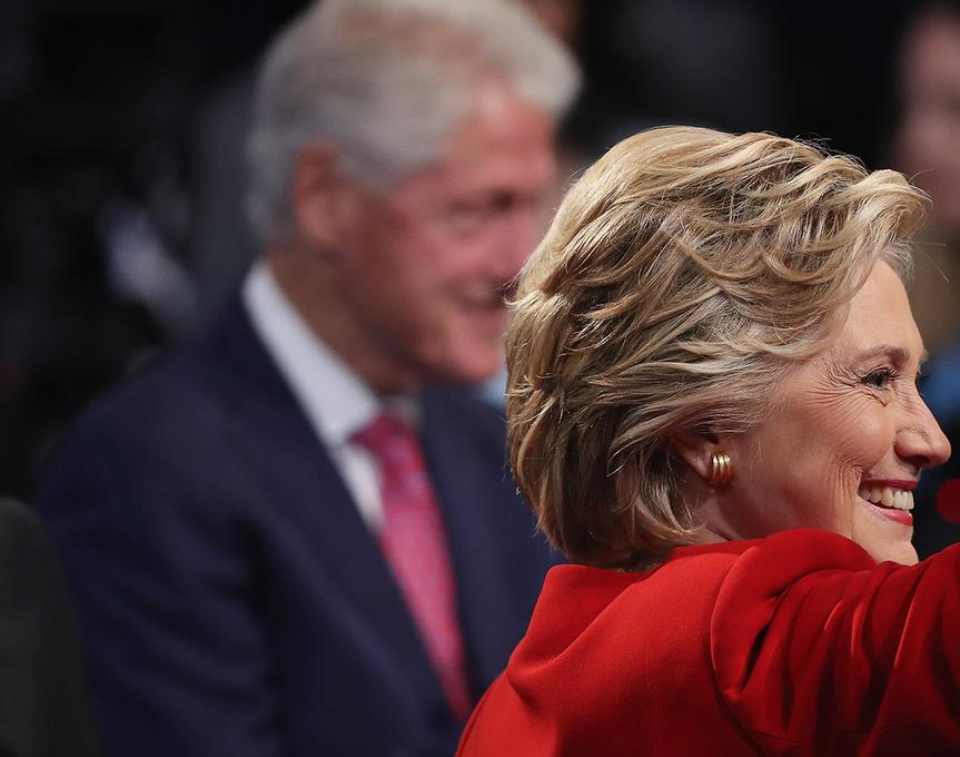 Bill (¿primer caballero?) y Hillary (¿presidenta?) en el primer debate presidencial el pasado septiembre.