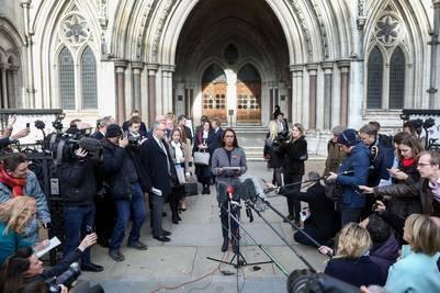 Declaraciones. Gina Miller una de las demandantes que reclamó la intervención del Parlamento, este jueves frente a la prensa, tras la decisión de la Corte Suprema, en Londres. / BLOOMBERG