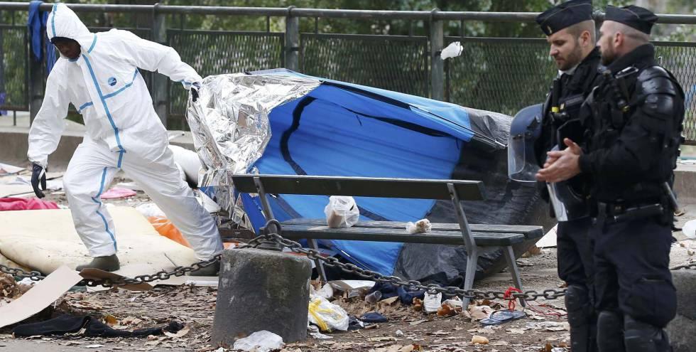 Desmantelamiento del campamento, este viernes en París.