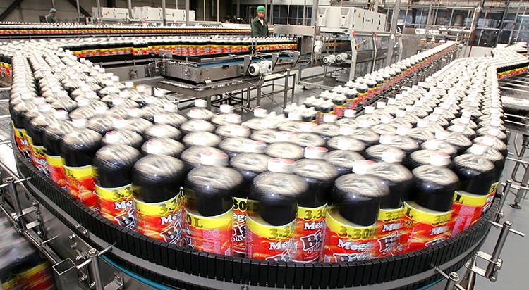 Un trabajador mexicano comprueba la calidad de las botellas de Big Cola en una planta de Huejotzingo, México, el 11 de noviembre de 2005.