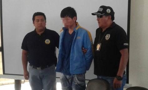El coronel Elvin Baptista presenta al principal acusado del asesinato del joven Javier Canchi de 17 años.  Foto: Fernando Cartagena  .