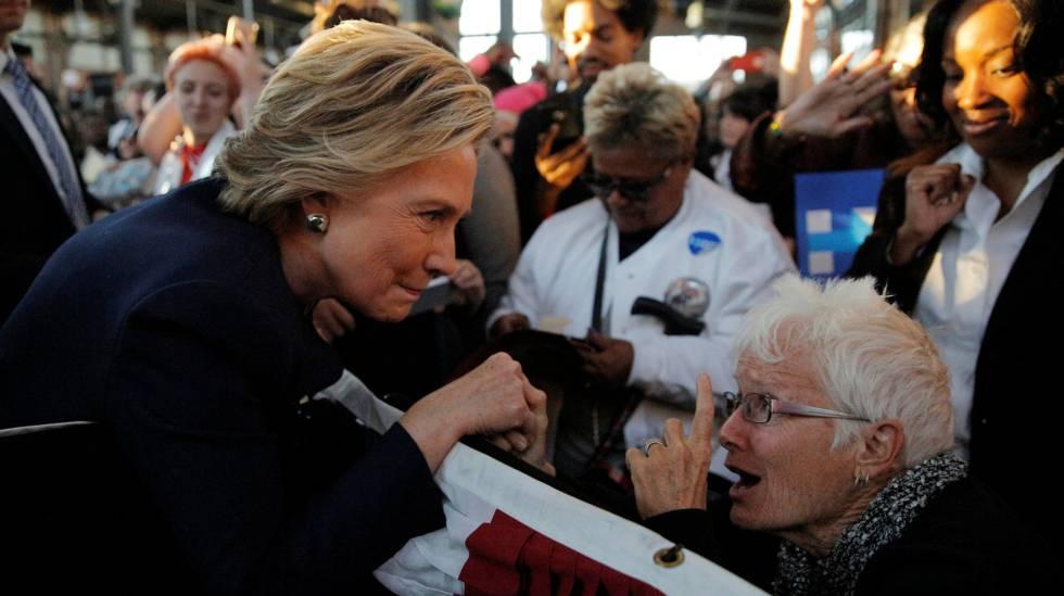 Clinton saluda a una seguidora en uno de sus mítines.
