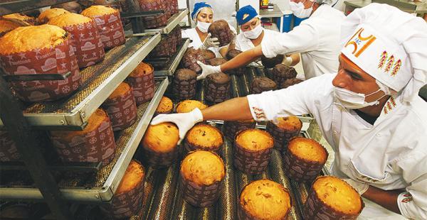 Las panificadoras de Hipermaxi producen de dos a tres veces por semana para ofrecer panetones frescos