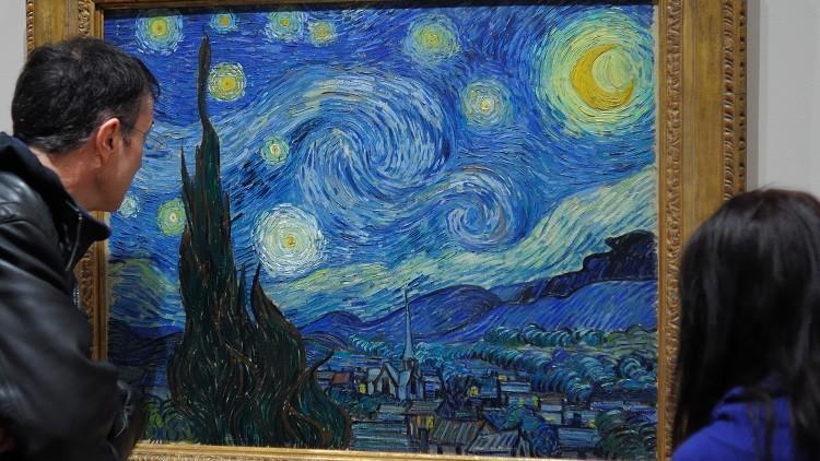 Visitantes contemplan el cuadro de Vincent van Gogh 'La noche estrellada' en el Museo de Arte Moderno en Nueva York, Estados Unidos, el 23 de diciembre de 2009.