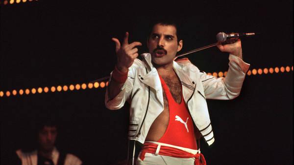Freddie, durante un recital de 1984, en un gran momento de su carrera. (©Marcello Mencarini/leemage)