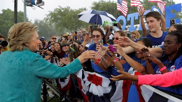 Saludo. Hillary Clinton saluda a seguidores este sábado durante un acto en Pembroke Pines, Florida. /REUTERS