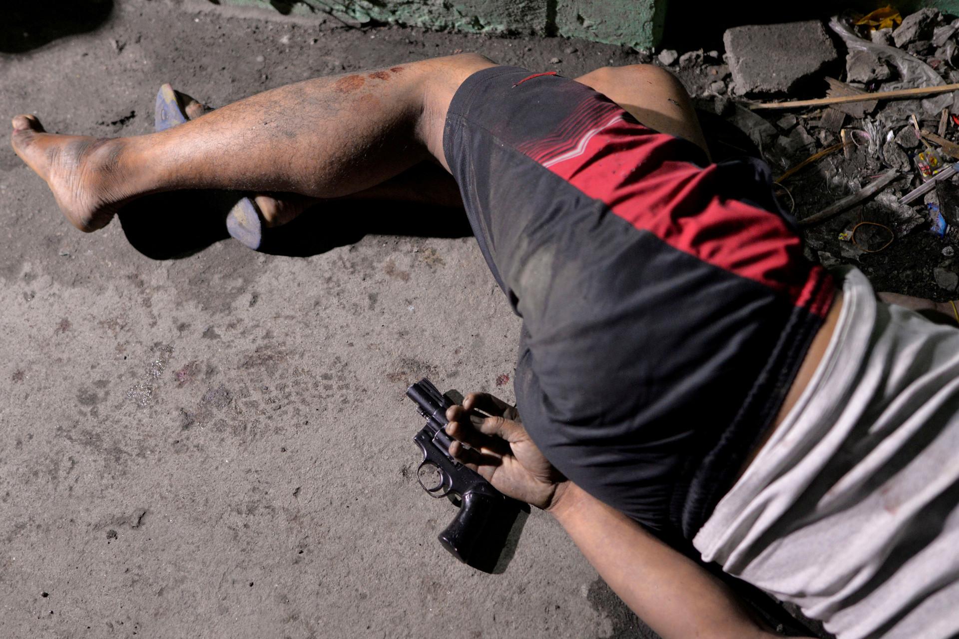 El cadáver de un presunto narcotraficante abatido durante la operación 'Shabu' (metanfetamina) en Manila, el 18 de agosto de 2016