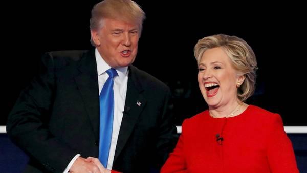 La demócrata Hillary Clinton y el republicano Donald Trump se estrechan la mano al finalizar el primer debate, el 26 de septiembre. REUTERS