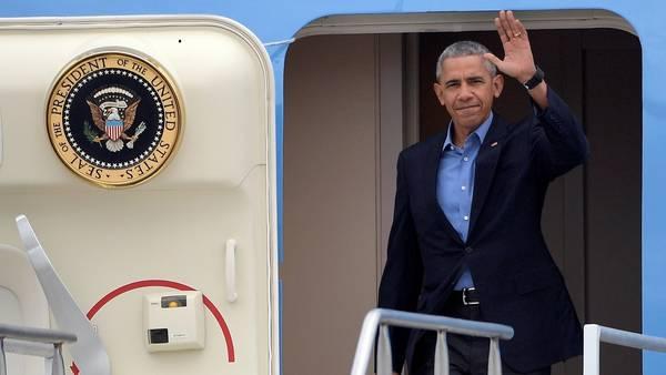 El presidente Barack Obama saluda al salir del Air Force one, en el aeropuerto de Orlando, Florida. /AP