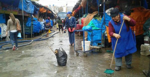 La Alcaldía realiza la limpieza del mercado La Ramada