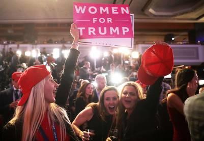 Gorras rojas vuelan por los aires en la definición de una elección histórica. (Chip Somodevilla/Getty Images/AFP)
