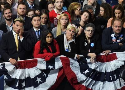 Una pesadilla hecha realidad. A medida que los votos comenzaban a llegar, los rostros de los seguidores de Hillary se fueron transformando. (AFP PHOTO / ANGELA WEISS)