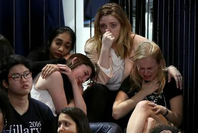 Un grupo de chicas desconsolada no puede creer lo que viven en la noche de Nueva York. (Drew Angerer/Getty Images/AFP)