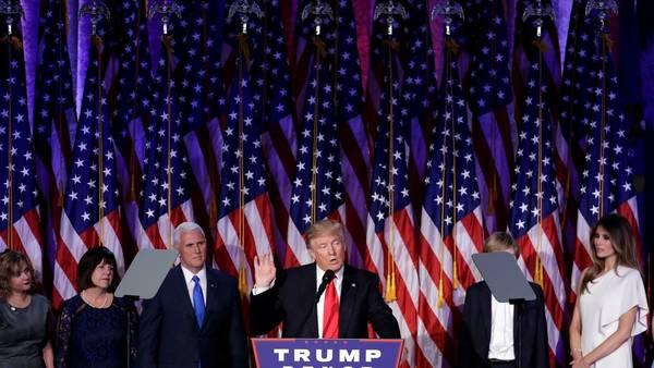 CELEBRACIÓN. Trump habla ante sus seguidores en el bunker de campaña de Nueva York. (AP)