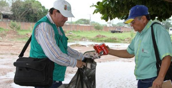 El personal de la Gobernación retirando los criaderos del mosquito transmisor de las enfermedades