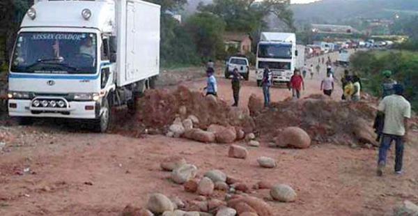 Los camiones empezaron a pasar por el lugar después de que la fuerza del orden dejara expedita la ruta internacional 9