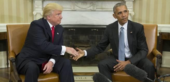 El presidente de los Estados Unidos, Barack Obama (d), estrecha su mano con el presidente electo Donald Trump. (EFE)