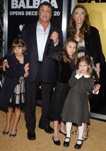 Sylvester Stallone Y Jennifer Flavin, con sus tres hijas, en un estreno en 2006.