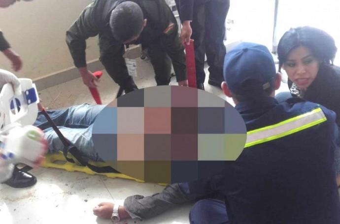 El momento en que fue auxiliado en el aeropuerto Alcantarí. Foto: Gentileza