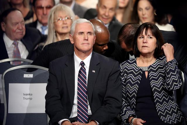 El vicepresidente, junto a su mujer Karen.