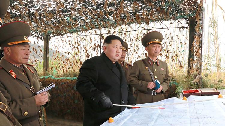 El líder norcoreano Kim Jong-un inspecciona  la unidad de defensa de la isla Mahap del frente occidental en esta foto entregada por la Agencia Central de Noticias de Corea del Norte (KCNA) en Pyongyang el 11 de noviembre de 2016.