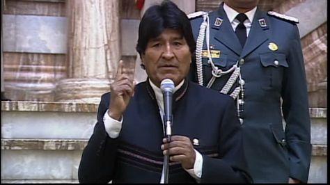 El presidente Evo Morales anuncia el cambio de la AAPS y del gerente de EPSAS. Foto: Bolivia TV