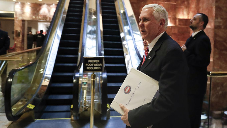 El vicepresidente electo, Mike Pence, visitó ayer a Trump en su torre foto: AP Carolyn Kaster