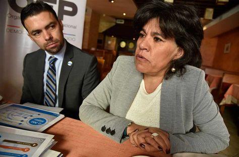 Katia Uriona, presidenta del Tribunal Supremo Electoral (TSE) y Pablo Pozo, presidente del Consejo Nacional Electoral de Ecuador participan de una reunión. Foto: Ignacio Prudencio