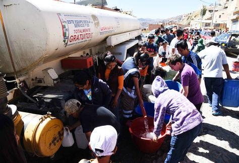 Vecinos de Alto Ventilla, en la zona sur de La Paz, reciben agua de un carro bombero este domingo 13 de noviembre de 2016. Foto: Miguel Carrasco