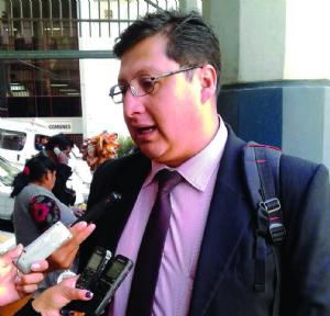 Denuncian que Saravia estafó $us 25.000 como abogado