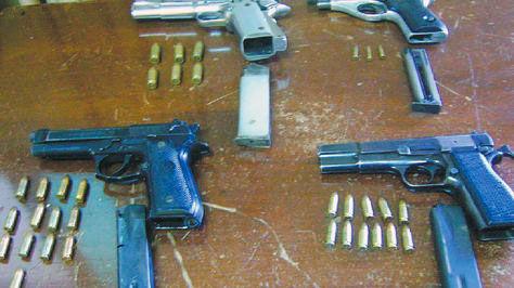 Pistolas y municiones decomisadas por la Policía.
