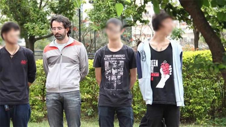 El agente infiltrado, entre otras personas arrestadas