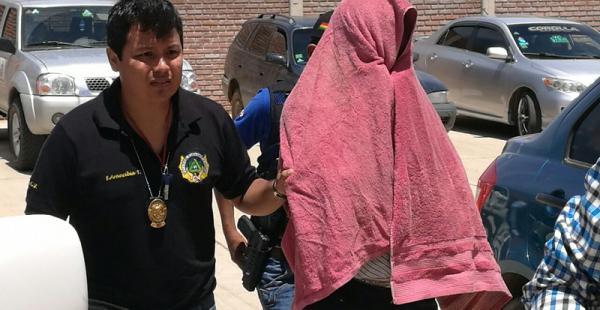 El director acusado siendo trasladado ante el juez cautelar