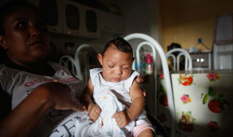 Alice Vitoria Gomes Bezerra sostiene a su hijo de tres meses que tiene microcefalia  en Recife, en Brasil.  En los últimos cuatro meses las autoridades han registrado 4.000 casos de esta condición que estarían relacionados con el zika.(Crédito:Tama/Getty Images)