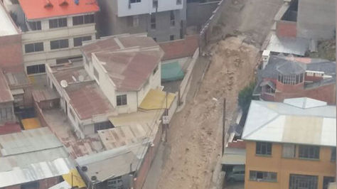 La magnitud de la fuga de agua en las calles 16 y 17 de Obrajes