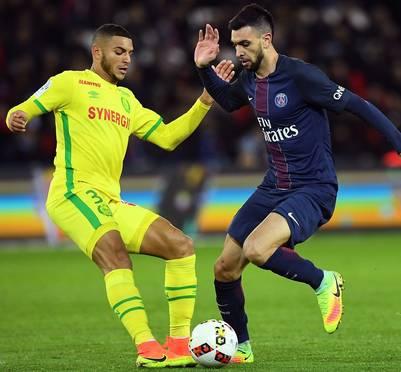 Pastore busca llevarse la pelota ante Diego Carlos, del Nantes. (Foto: AFP)