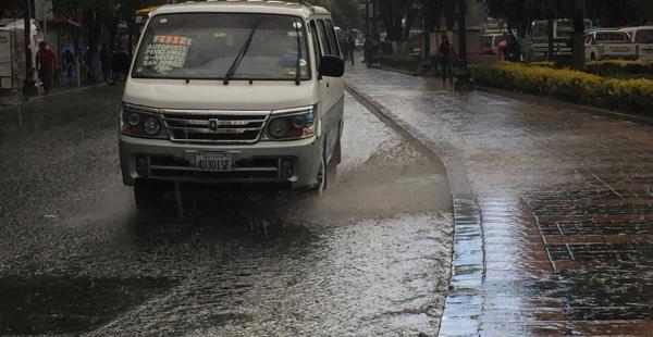 Unos 15 minutos duró el temporal y las calles se llenaron del líquido, como si fueran verdaderos ríos.