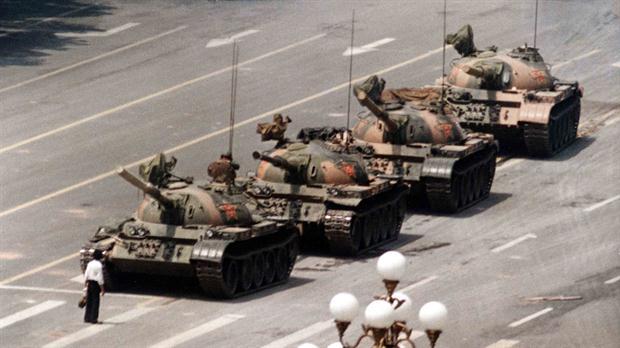 """""""El hombre tanque"""" se llamó a este protestante chino que se plantó de pie frente a una columna de tanques durante las protestas de la Plaza de Tiananmén de 1989 en la República Popular China."""