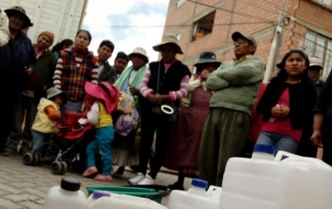 Fejuve de El Alto protesta por los cortes de agua y advierte con expulsar al gerente de EPSAS
