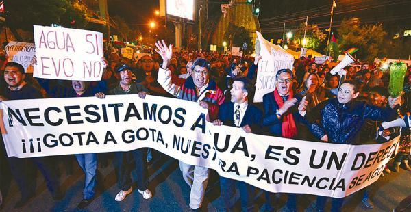 Los vecinos de la zona sur de La Paz marcharon ayer por la noche en protesta por la falta de agua