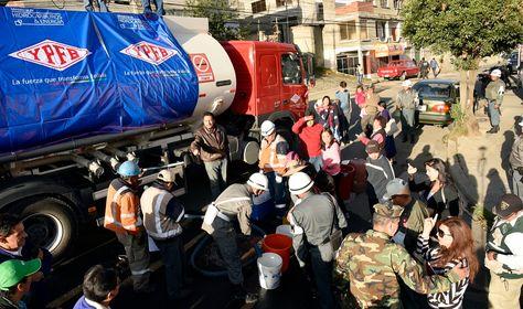 Efectivos de las Fuerzas Armadas trabajan en las tareas de distriubución de agua en La Paz.