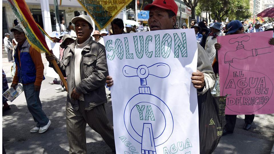 Los bolivianos protestan contra Evo Morales porque no tomó medidas para evitar el desabastecimiento de agua. Foto: AFP / Aizar Ralde