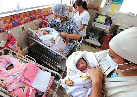 Gestación. Enfermeras y bebés en la sala de recién nacidos del Hospital de la Mujer, en La Paz.