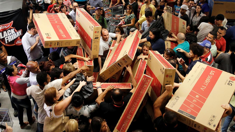 Compradores intentado alcanzar televisores en descuento en una tienda en San Pablo, Brasil. Foto: Reuters / Nacho Doce