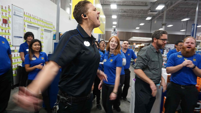 Los empleados de Best Buy reciben una charla antes de abrir durante las ventas de Black Friday en San Diego, California. Foto: AFP / Sandy Huffaker