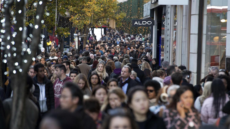 Compradores pasan por las tiendas minoristas de Oxford Street, el