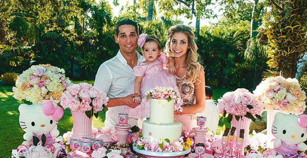 Los esposos Juan Pablo Gutiérrez y María René Antelo Junto A su pequeña Alessandra, en la mesa principal de la fiesta de su primer cumpleaños